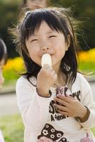 アイスクリームを食べる女の子 10264001394| 写真素材・ストックフォト・画像・イラスト素材|アマナイメージズ
