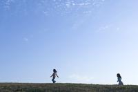 丘を走る子供
