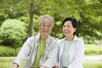 笑顔のシニア夫婦 10264001863| 写真素材・ストックフォト・画像・イラスト素材|アマナイメージズ