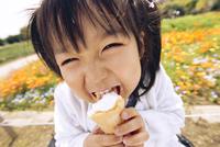 ソフトクリームを食べる子供 10264002049| 写真素材・ストックフォト・画像・イラスト素材|アマナイメージズ