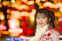クリスマスイルミネーションの前で微笑む女の子
