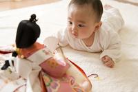 雛人形を見る赤ちゃん