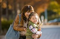 紅葉の並木道で遊ぶ母と子 10264002463| 写真素材・ストックフォト・画像・イラスト素材|アマナイメージズ