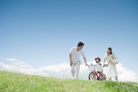 自転車に乗る男の子と遊ぶ家族