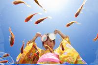 金魚すくいをする浴衣姿の女の子