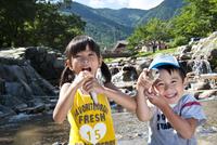 川魚を持つ女の子と男の子