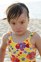 怒っている水着の女の子