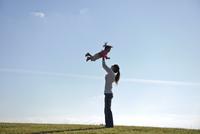 芝生の上の子供と母親