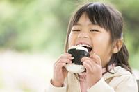 おにぎりを食べる子供
