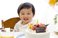 赤ちゃんと誕生日ケーキ