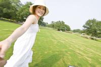 公園で手をつなぐ女性