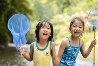 川で網を持つ子ども