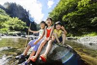 夏の川で石の上に座って遊ぶ女の子と男の子 10264007601| 写真素材・ストックフォト・画像・イラスト素材|アマナイメージズ