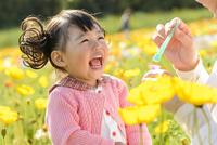 ポピー咲く花畑でシャボン玉で遊ぶ女の子とお母さん 10264007627  写真素材・ストックフォト・画像・イラスト素材 アマナイメージズ