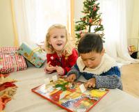 クリスマスのおもちゃで遊ぶ女の子と男の子 10264007668| 写真素材・ストックフォト・画像・イラスト素材|アマナイメージズ