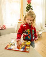 クリスマスのおもちゃで遊ぶ女の子