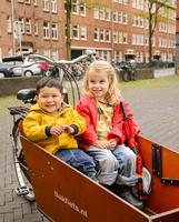 自転車の荷台に乗る女の子と男の子
