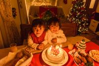 クリスマスパーテイーにご馳走が並ぶテーブルの前に座る女の子 10264007842| 写真素材・ストックフォト・画像・イラスト素材|アマナイメージズ