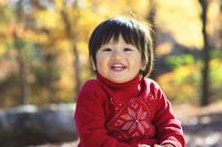 秋の公園で遊ぶ赤ちゃん 10264008187| 写真素材・ストックフォト・画像・イラスト素材|アマナイメージズ