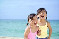 海岸で遊ぶ女の子 10264008192| 写真素材・ストックフォト・画像・イラスト素材|アマナイメージズ