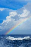 青い海と白い雲と水平線と波飛沫と虹 10266000030| 写真素材・ストックフォト・画像・イラスト素材|アマナイメージズ