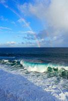 海岸に寄せる波と青空と雲とダブルレインボー 10266000078| 写真素材・ストックフォト・画像・イラスト素材|アマナイメージズ
