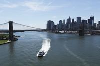 クルーザーとブルックリンブリッジとマンハッタン摩天楼