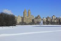 雪に覆われた貯水池とセントラルパーク,ウエスト,レジデンス 10266001621| 写真素材・ストックフォト・画像・イラスト素材|アマナイメージズ