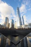 晩秋の9/11 メモリアル サウスプールとロワーマンハッタン高層ビル群