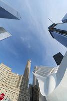 新設されたパストレイン ワールド トレードセンター駅とロワーマンハッタン高層ビル群
