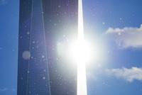 光り輝くワン ワールドトレードセンターとハドソン川からの飛翔水滴 10266001721| 写真素材・ストックフォト・画像・イラスト素材|アマナイメージズ
