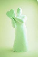 ハートを持つクレイ人形 フォトイラスト 10268000099  写真素材・ストックフォト・画像・イラスト素材 アマナイメージズ
