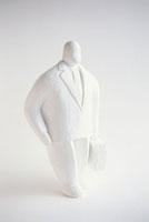 かばんを持つビジネスマンのクレイ人形 白