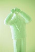 双眼鏡をのぞくクレイ人形 若草色 10268000107| 写真素材・ストックフォト・画像・イラスト素材|アマナイメージズ
