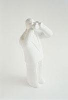 双眼鏡をのぞくクレイ人形 白 10268000108| 写真素材・ストックフォト・画像・イラスト素材|アマナイメージズ