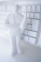 キーボードと男性の人形 白 10268000139| 写真素材・ストックフォト・画像・イラスト素材|アマナイメージズ