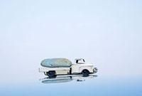 石を乗せたトラックのおもちゃ 10268000322| 写真素材・ストックフォト・画像・イラスト素材|アマナイメージズ