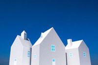 青空と3棟の家 10268000354| 写真素材・ストックフォト・画像・イラスト素材|アマナイメージズ
