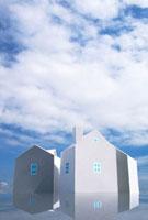 青空と3棟の家 10268000356| 写真素材・ストックフォト・画像・イラスト素材|アマナイメージズ