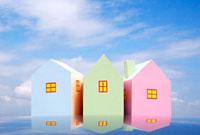 3棟のカラフルな家 10268000359| 写真素材・ストックフォト・画像・イラスト素材|アマナイメージズ