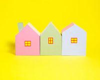 3棟のカラフルな家 10268000369| 写真素材・ストックフォト・画像・イラスト素材|アマナイメージズ