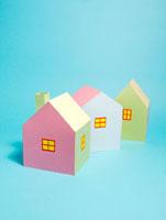 3棟のカラフルな家 10268000372| 写真素材・ストックフォト・画像・イラスト素材|アマナイメージズ