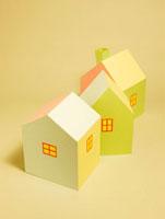 3棟のカラフルな家 10268000373| 写真素材・ストックフォト・画像・イラスト素材|アマナイメージズ