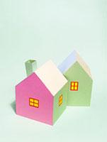 2棟のカラフルな家 10268000374| 写真素材・ストックフォト・画像・イラスト素材|アマナイメージズ