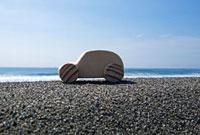 砂浜と木の車