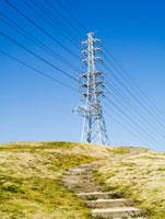 丘の上の送電塔