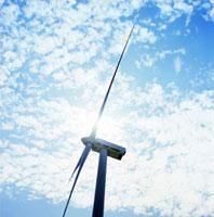 夏の日差しを浴びる風力発電の翼