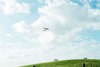 武蔵野の森公園上空を飛ぶセスナ機