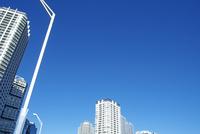 横浜みなとみらいの白いビル群と青空