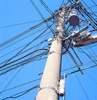 錯綜する電線をつるす電柱 10268001113| 写真素材・ストックフォト・画像・イラスト素材|アマナイメージズ